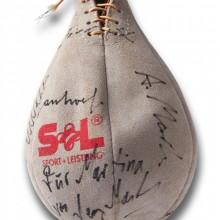 Homepage Martina Dase: Punchingball mit Autogrammen, DOCUMENTA BOXING 1992. Foto: Stefan Carstensen.