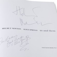 MD Coming Home: 2000, Arte Beitrag Metropolis - Helmut Newton, Alice Springs, Us and Them, Autogramm; Fotograf: Stefan Carstensen